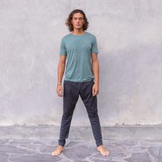 Jaya_M_t-shirt-matteo_pinegreen_pants-johnny_anthracitemelange_frontOndmtgDWb8PG7